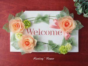 シニアのためのエコなアートであるプランティングフラワー®作品。バラのウェルカムボード。花束のラッピングペーパーとダンボールで作ります。