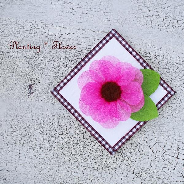 シニアのために開発されたエコなフラワーアート・プランティングフラワー。ピンクの花。花束のラッピングペーパーとダンボールで作ります。プランティングフラワー制作がデイサービス、有料老人ホーム、小規模多機能施設等で機能訓練にもなります。